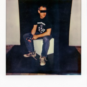 Lately in the studio, absorbed on a polaroid: an anonymous person with anonymous sunglasses sundenly becoming manifest on the socle...